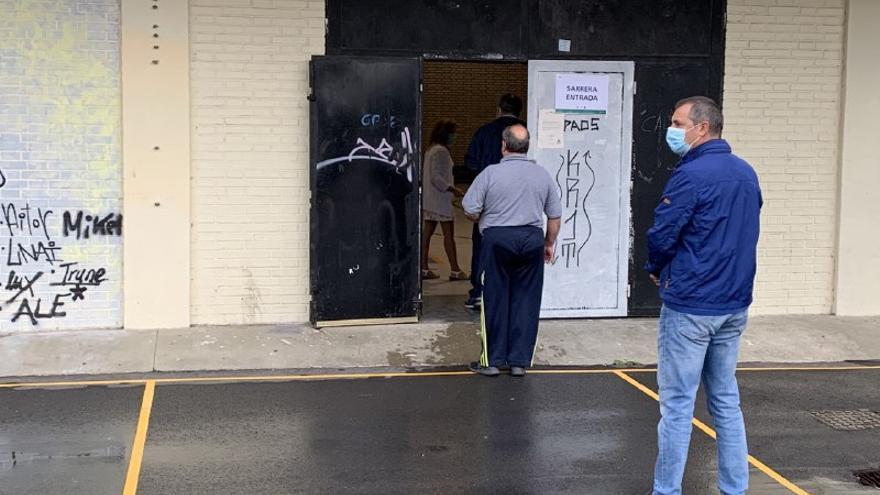 Pequeñas colas en un colegio electoral del centro de Vitoria