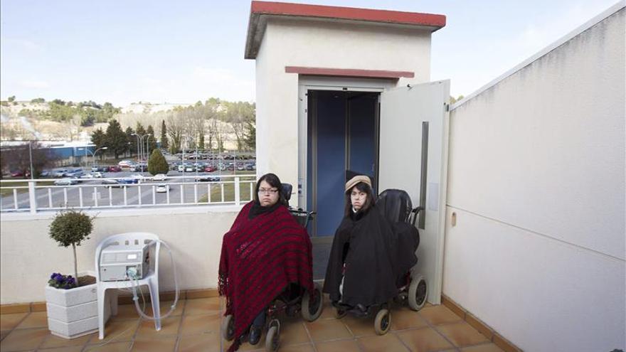 Un juez ordena demoler el ascensor con el que acceden unas discapacitadas a su vivienda