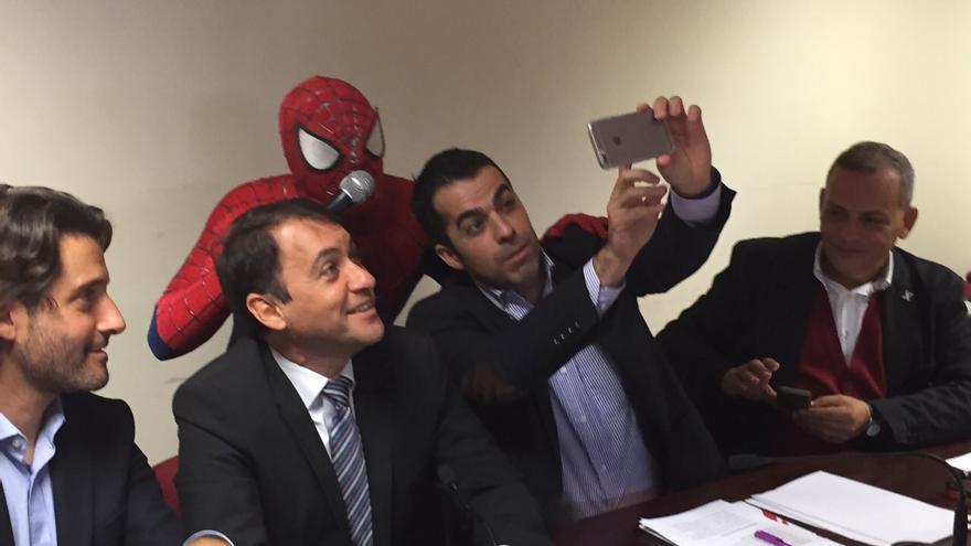 Florentino Guzmán se hace un 'selfie' con Bermúdez, Matos, Medina y un expontáneo Spiderman.
