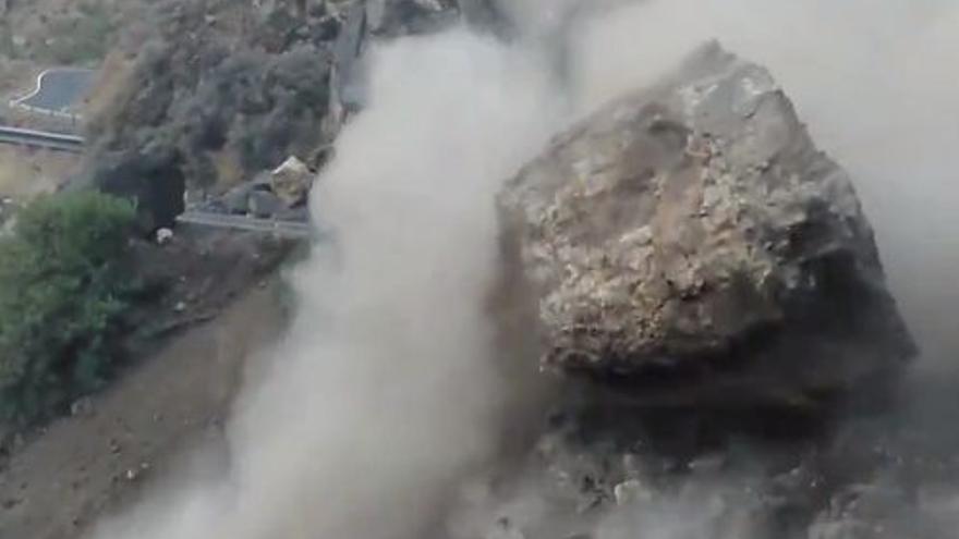 Espectacular desprendimiento controlado de una roca en Gran Canaria