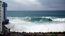 Imagen de archivo de un fuerte oleaje en Mesa del Mar, en Tacoronte. (EFE)