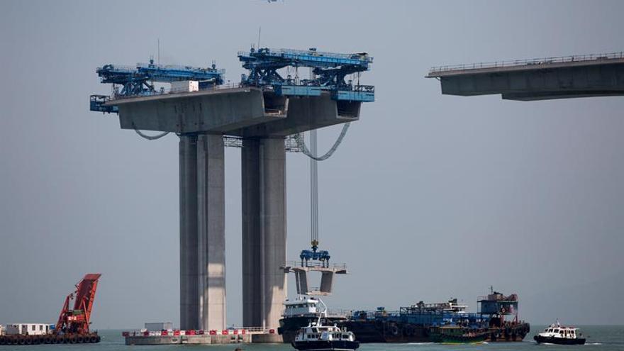 China completa la construcción del puente más alto del mundo