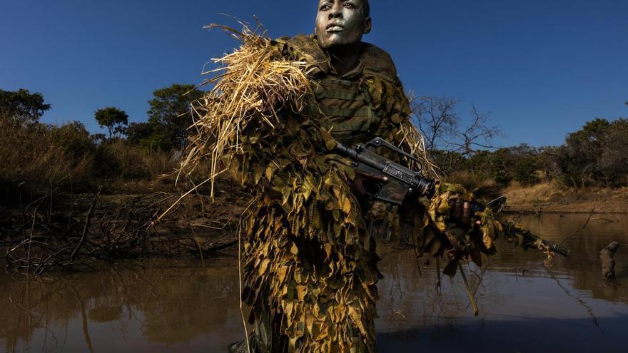 'Akashinga - the Brave Ones', primer premio de la categoría 'Medio ambiente'. Petronella Chigumbura, miembro de una unidad femenina contra la caza furtiva llamada Akashinga, participa en un entrenamiento en el parque de vida salvaje Phundundu, en Zimbabwe. Akashinga (Los Valientes) son unos guardabosques que luchan por establecer un modelo alternativo de conservación. Su objetivo es trabajar para los beneficios a largo plazo de sus comunidades y el medio ambiente. Akashinga comprende mujeres de entornos desfavorecidos, empoderándolas, ofreciendo puestos de trabajo y ayudando a las personas locales a beneficiarse directamente de la preservación de la vida salvaje