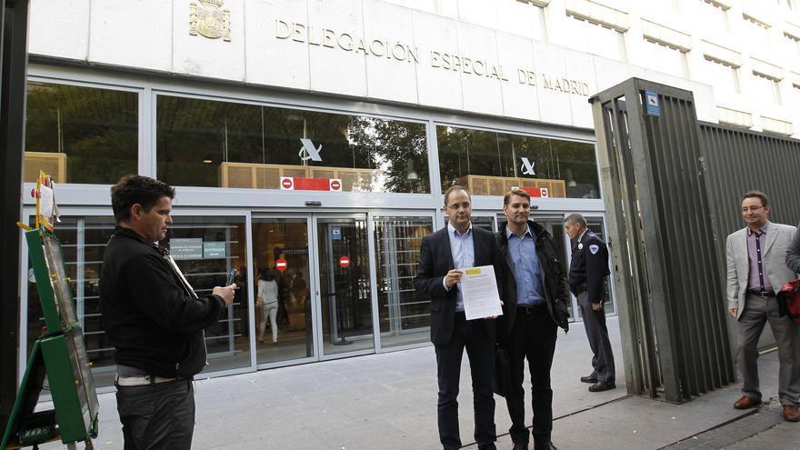 Cásar Luena junto a Manuel de la Rocha en la sede de la Agencia Tributaria / Foto: PSOE.