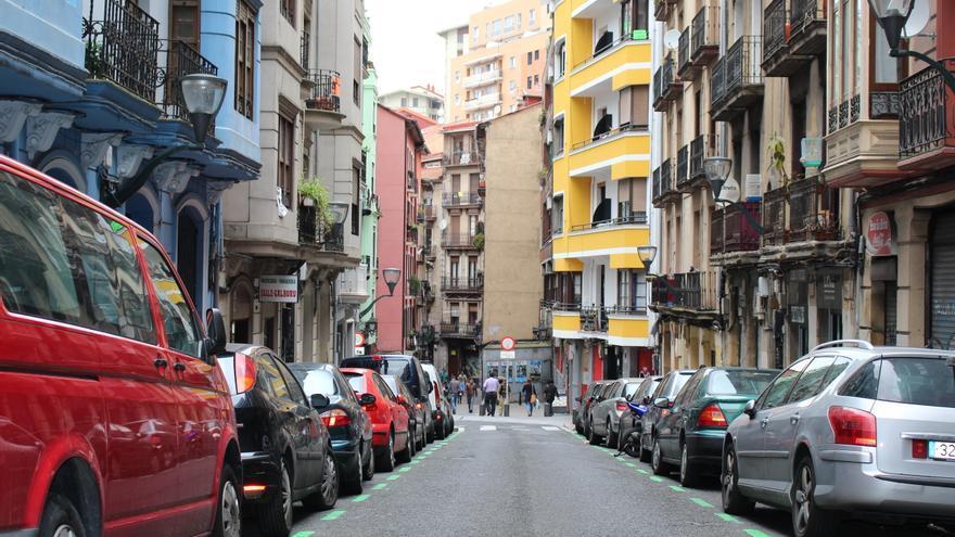 La calle Iturribide del Casco Viejo de Bilbao con vehículos estacionados a ambos lados de la calzada.