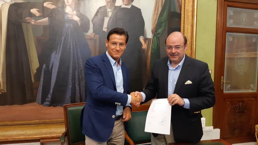 Luis Salvador (izquierda) y Sebastián Pérez (derecha) firmando un acuerdo que ahora está en el aire