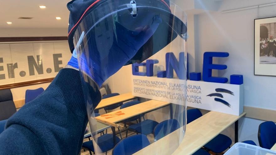 ErNE realiza 3.000 pantallas protectoras para distribuir a los policías vascos y espera hacer otras 3.000