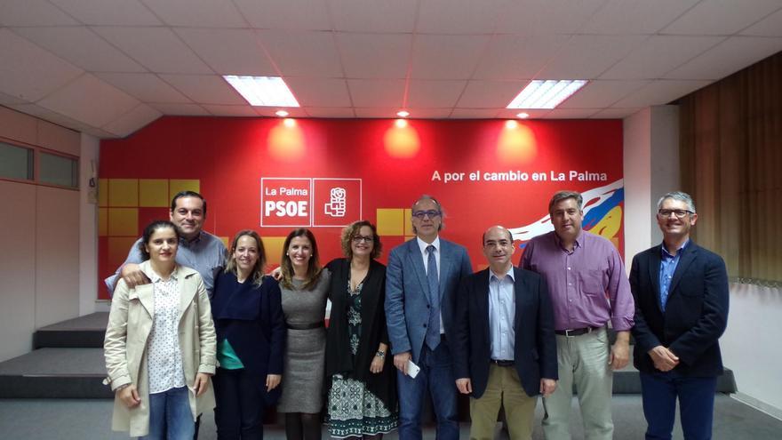 El consejero de Sanidad y otros cargos de su departamento con miembros del PSOE de La Palma.