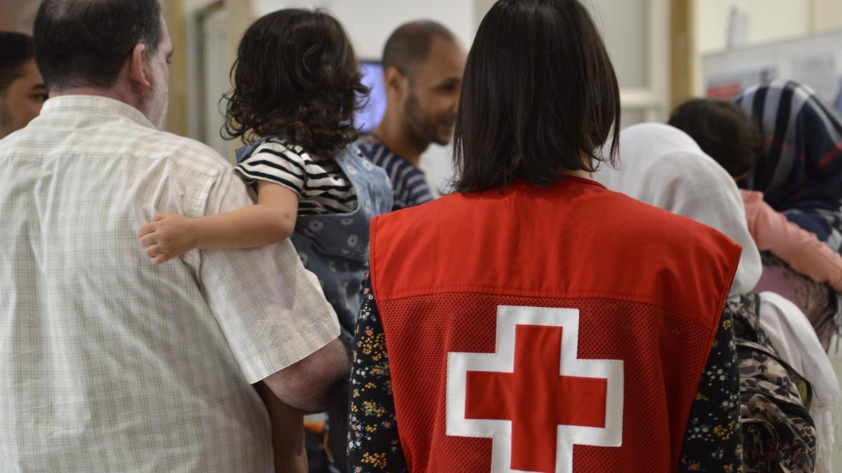 Imagen de archivo de voluntarios de Cruz Roja prestando atención a migrantes.