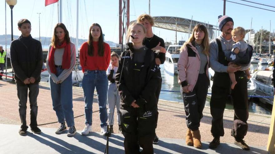 La joven activista Greta Thunberg (c), ayer al desembarcar en Lisboa después de tres semanas de travesía.