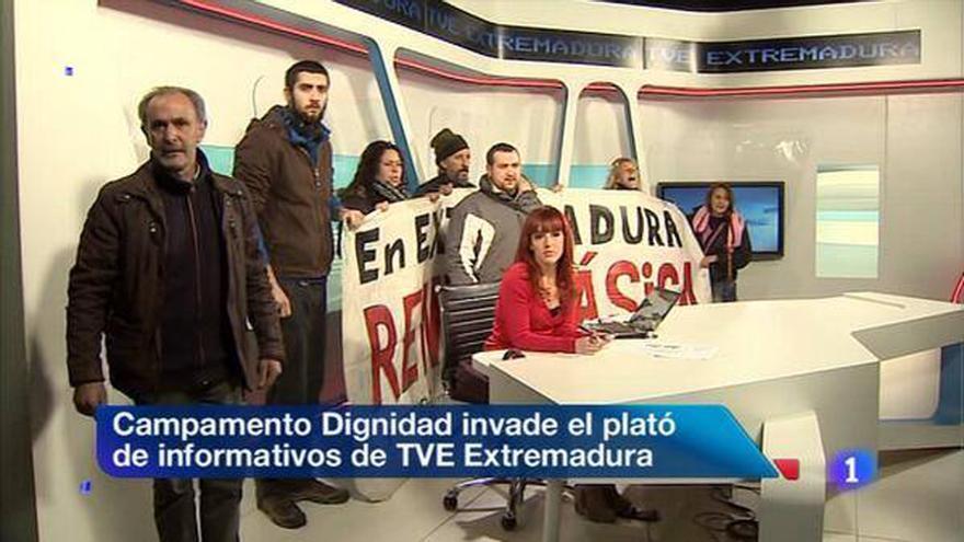 Miembros del Campamento Dignidad en el momento en que invaden el plató de TVE Extremadura.