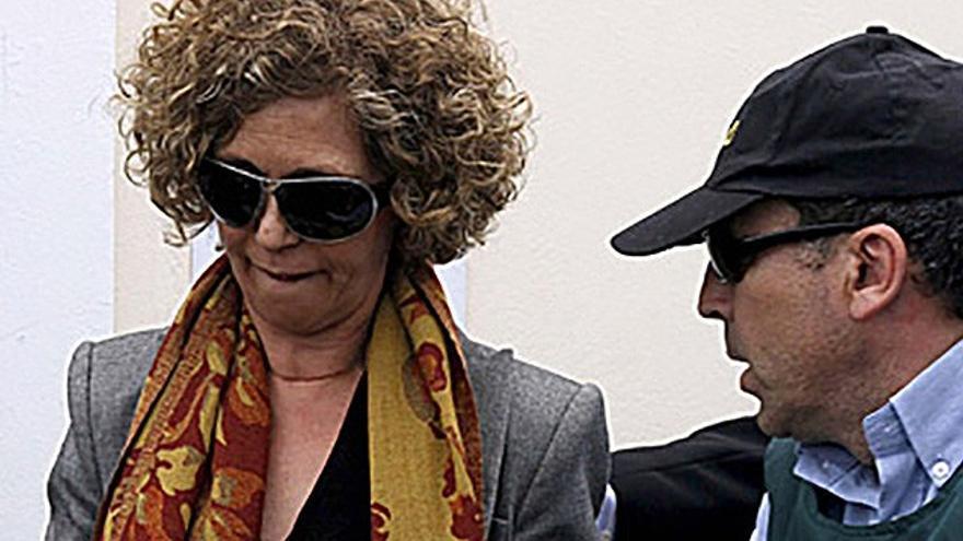 La ex alcaldesa de Arrecife, María Isabel Déniz, al ser detenida por la Guardia Civil. EFE.