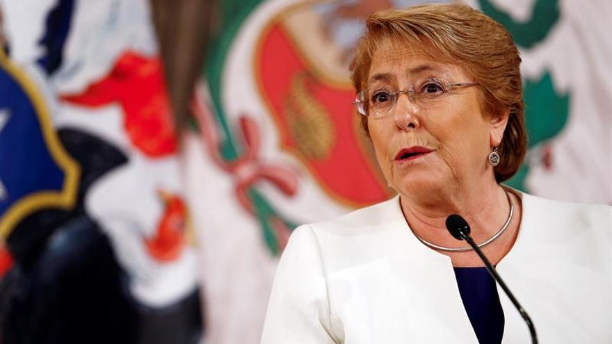 """Bachelet envía """"mucha fuerza y ánimo"""" a chilenos afectados por terremoto"""
