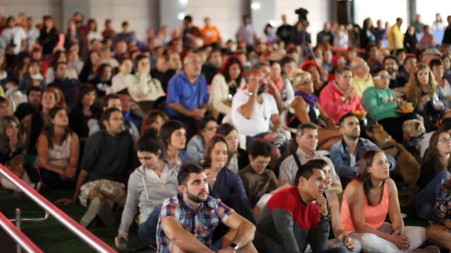 El público disfruta de los cortos de Korterraza 2014.