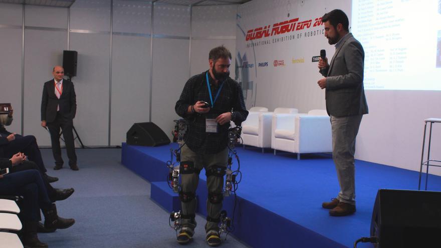Un miembro del proyecto BioMot probando el exoesqueleto (Foto: Cristina Sánchez)