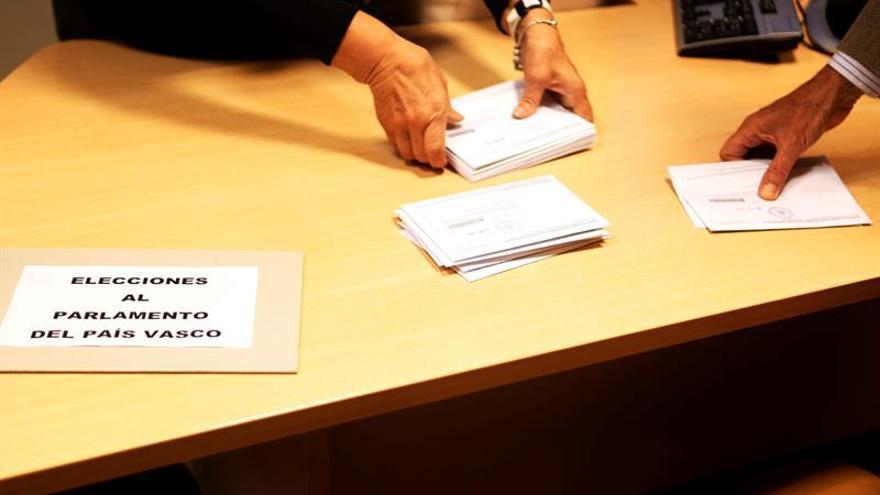 Gallegos y vascos votan para unas elecciones con influencia en toda España