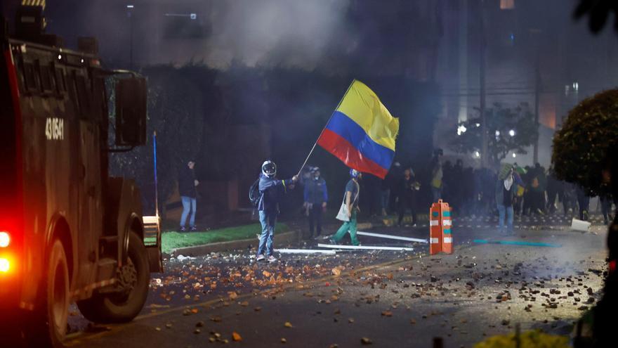 Manifestantes se enfrentan a la Policía en el barrio donde vive el Presidente de Colombia