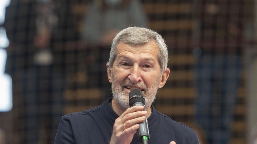 Uno de los candidatos de Unidas Podemos a la Asamblea de Madrid, Julio Rodríguez interviene durante un acto del partido en el Polideportivo municipal Cerro Buenavista de Getafe,  a 27 de abril de 2021, en Madrid (España).