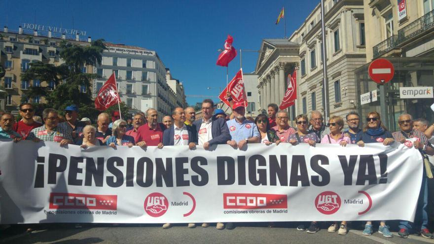 """Manifestación en defensa de unas """"pensiones dignas"""" de CCOO y UGT frente al Congreso de los Diputados."""