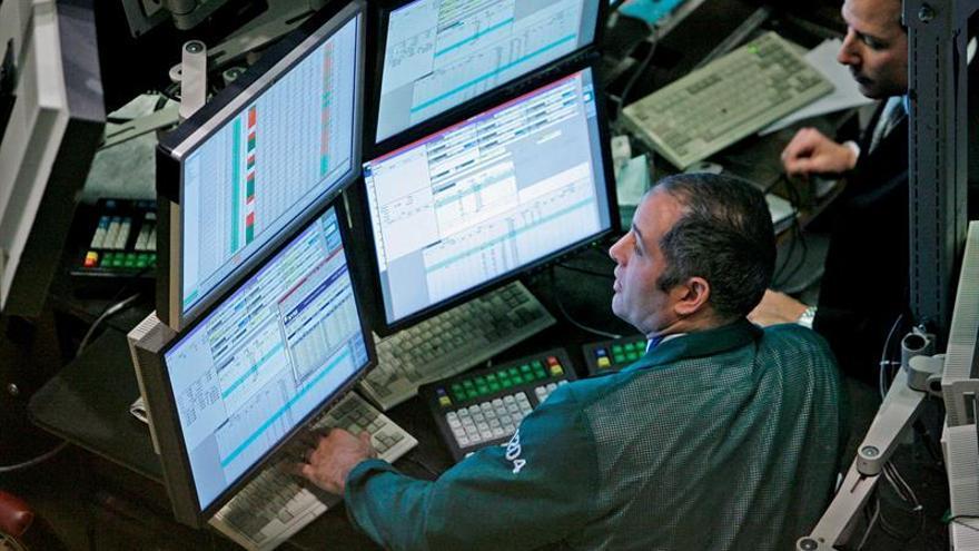 Wall Street sigue con pérdidas y el Dow Jones cae un 0,92 por ciento a media sesión