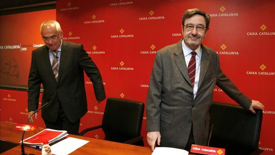 Adolf Todó, a la izquierda, sucedió a Narcís Serra en la presidencia de Caixa de Catalunya. / Efe