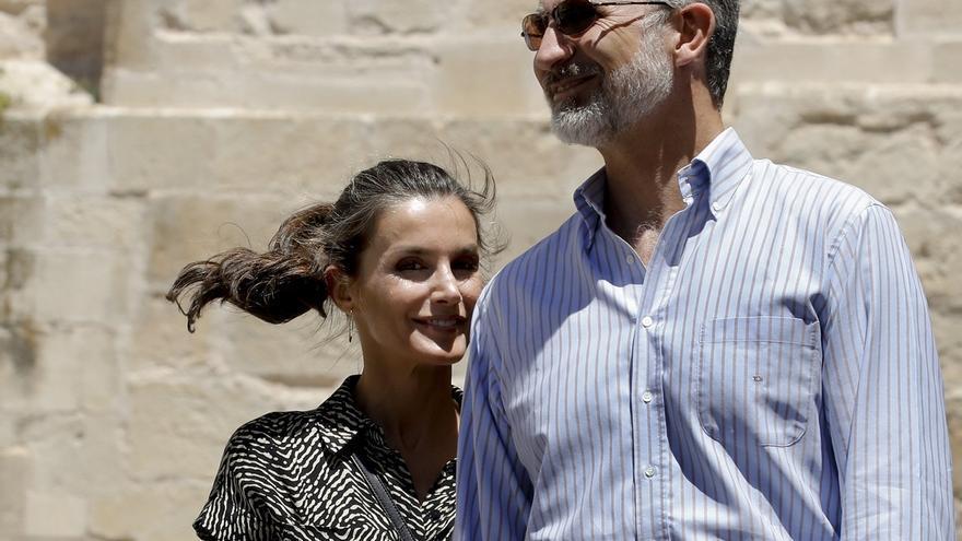 El rey Felipe VI y la reina Letizia conversan durante su visita a Cuenca, este jueves.
