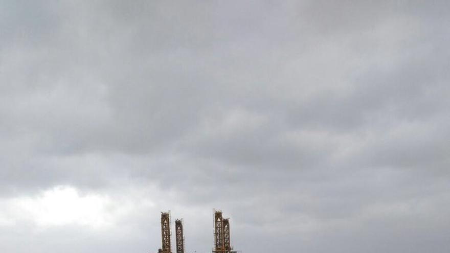 El remolcador Luz de Mar controla la situación de la estructura marítima varada en Benalmádena