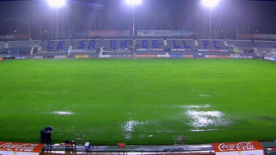 Estado del césped del estadio de la Nova Creu Alta instantes antes de la hora en al que debía empezar el partido entre Sabadell y UD Las Palmas. Foto: gradacurva.com