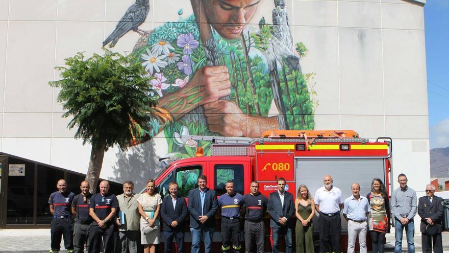 La Corporación del Ayuntamiento de El Paso con Bomberos La Palma. Foto: Bomberos La Palma.