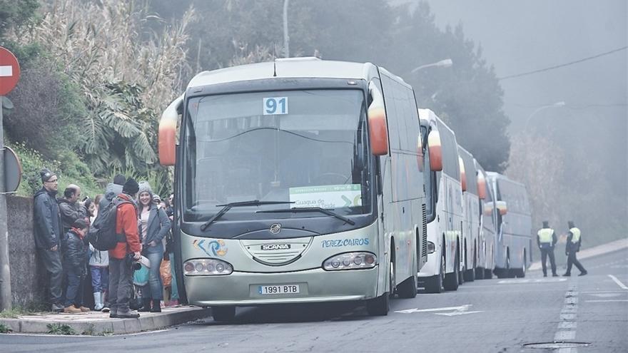 Guaguas de transporte discrecional contratadas para prestar el servicio del 'Operativo Nevadas', en La Esperanza