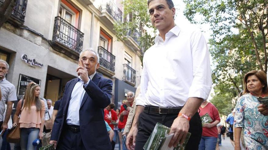 El candidato del PSOE, Pedro Sánchez, en un reparto de folletos junto a Rafael Simancas en Madrid