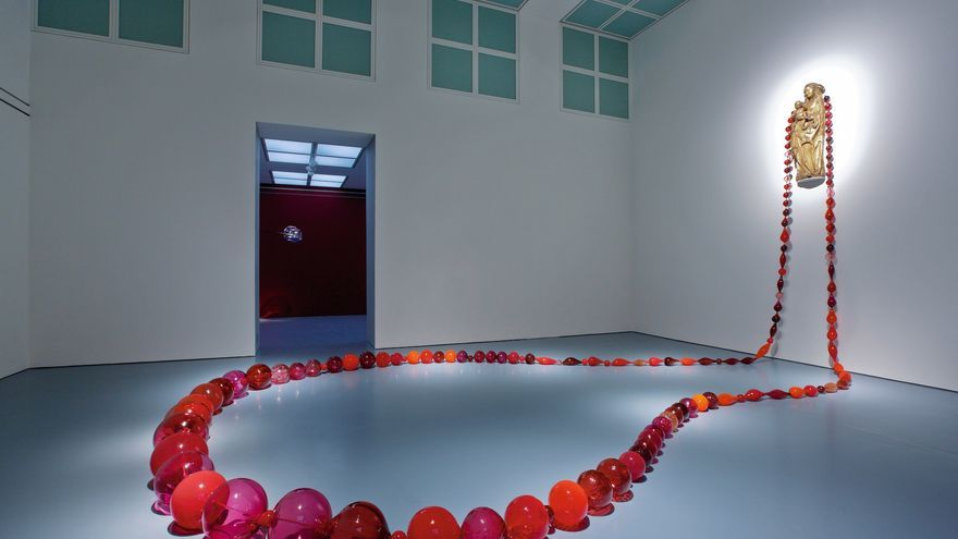 Maria Roosen, Red Roosenary, 2008, glass, climbing rope and a 15th century Madonna FOTO: Colección Roberto Polo
