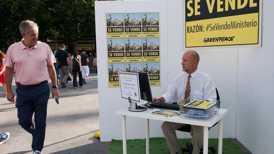 Inmobiliaria simbólica que han colocado los activistas de Greenpeace en su acción protesta #SevendeMinisterio. / (c) Greenpeace/Mario Gómez.