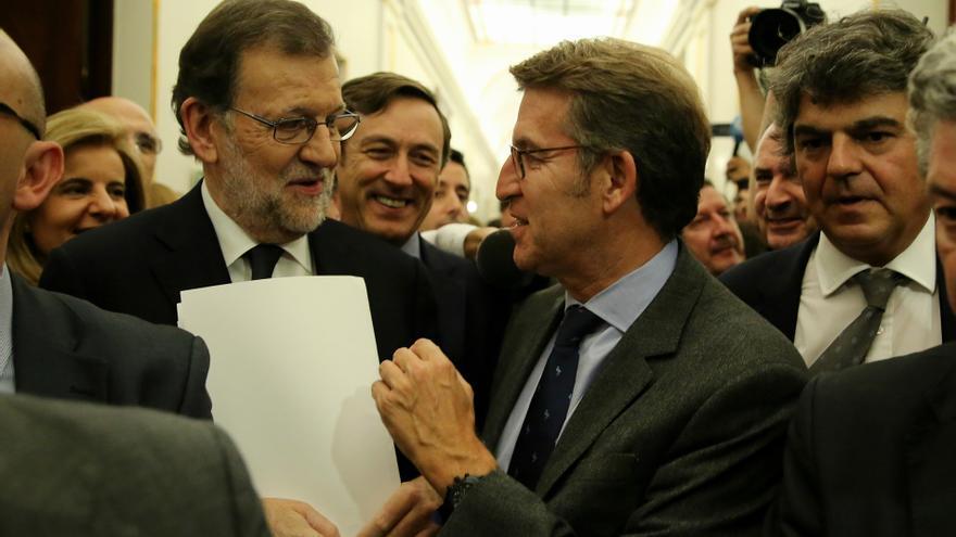 Alberto Nuñez Feijóo felicita a Mariano Rajoy tras ser investido como presidente del Gobierno