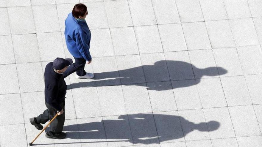 """Una crisis """"socio-sanitaria"""": la labor clave de los trabajadores sociales con personas mayores y gente sin ingresos"""