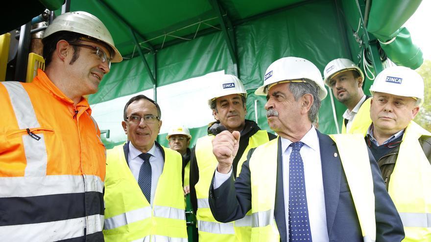 Revilla junto al resto de autoridades y responsables de la empresa, durante el acto de inicio de los sondeos de zinc. | LARA REVILLA