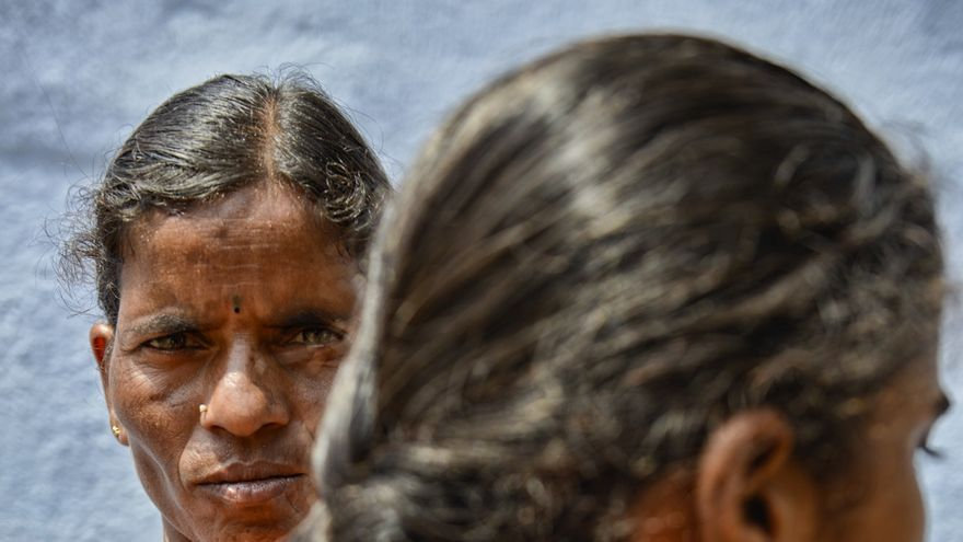 Narasamma Harijana abraza a su hija Navaneetha, a la que quiso casar con 15 años./ Zigor Aldama