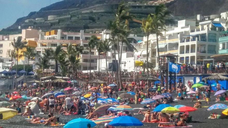 Imagen del Paseo Marítimo y playa de Puerto Naos, este sábado, 23 de julio. Foto: Paco Guimerá.