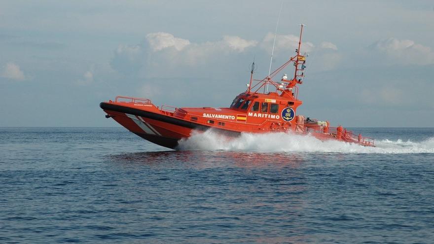 Rescatado un cadáver y varias personas de una patera semihundida socorrida por un pesquero en aguas de Alborán