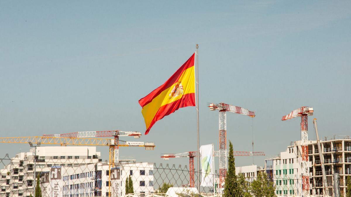 La enorme bandera de España que ondea sobre Valdebebas, uno de los últimos desarrollos de Madrid