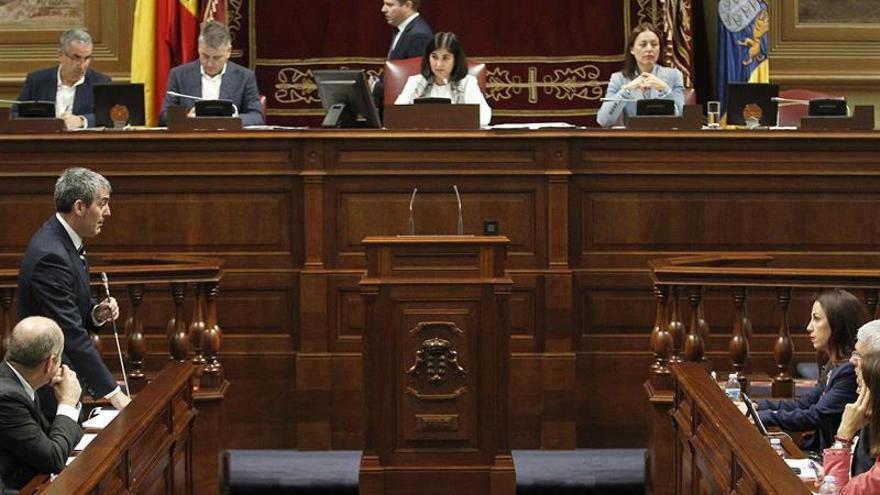El presidente del Gobierno de Canarias, Fernando Clavijo (2i), responde a una pregunta de la presidenta del grupo socialista, Patricia Hernández (d).
