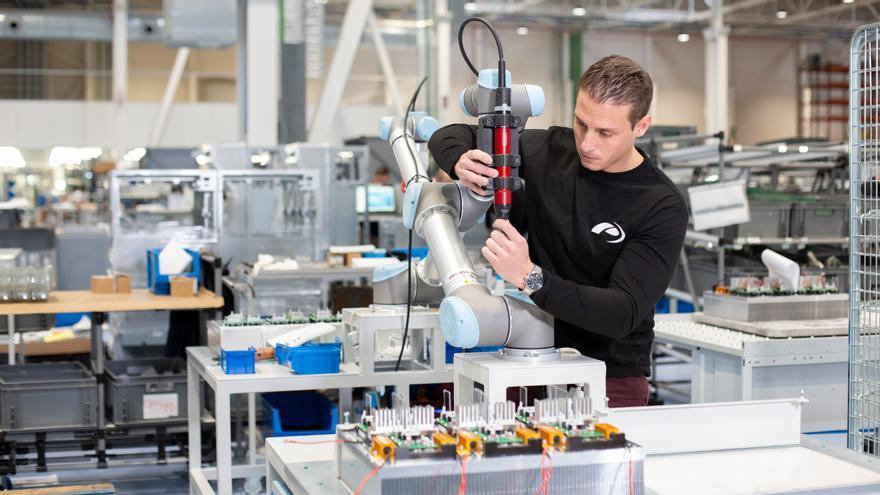 Un operari de la fàbrica de components de Power Electronics.