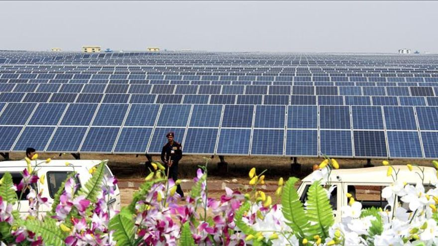 Japón pone en marcha la mayor planta de paneles solares flotantes del mundo