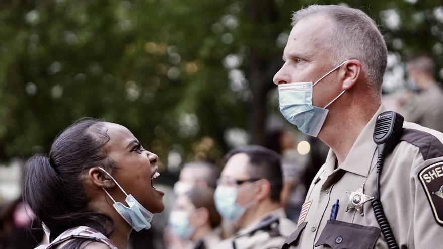 28 de mayo de 2020, EEUU: una manifestante grita a un agente de policía durante una protesta tras la muerte de George Floyd.