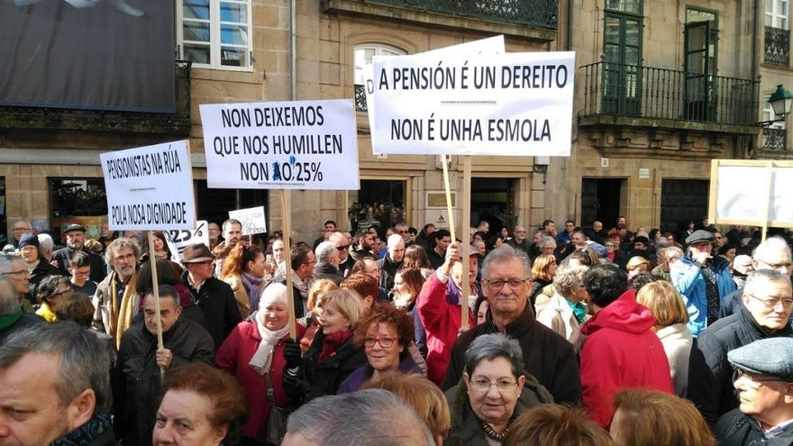 Participantes en la manifestación por las pensiones en Santiago