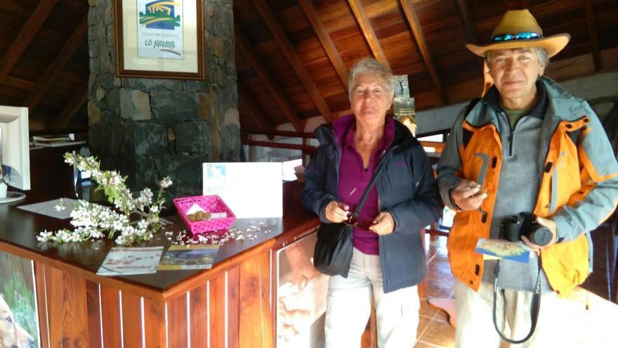En la imagen, dos turistas en la Oficina de Información de Llano Negro (Garafia).