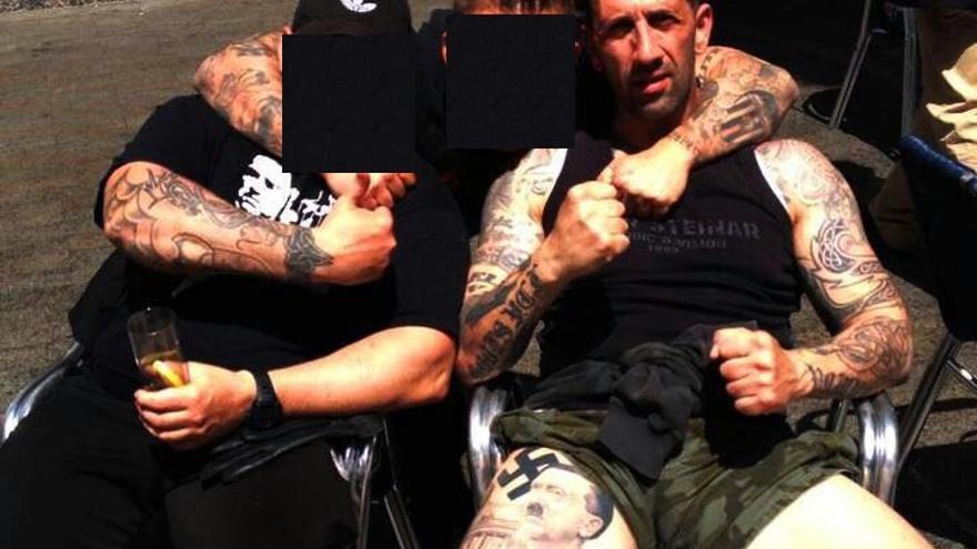 Imagen de Vicent Estruch, conocido como 'Alfarrasí' o 'cap de pot', con una imagen de Hitler tatuada en la pierna