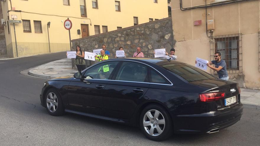 Miembros del movimiento 'Hospitalito Ya' hoy a las puertas de las Cortes regionales exhibían carteles a la llegada de miembros del Gobierno