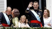 La Familia Real saluda desde el balcón de Palacio tras la proclamación de Felipe VI