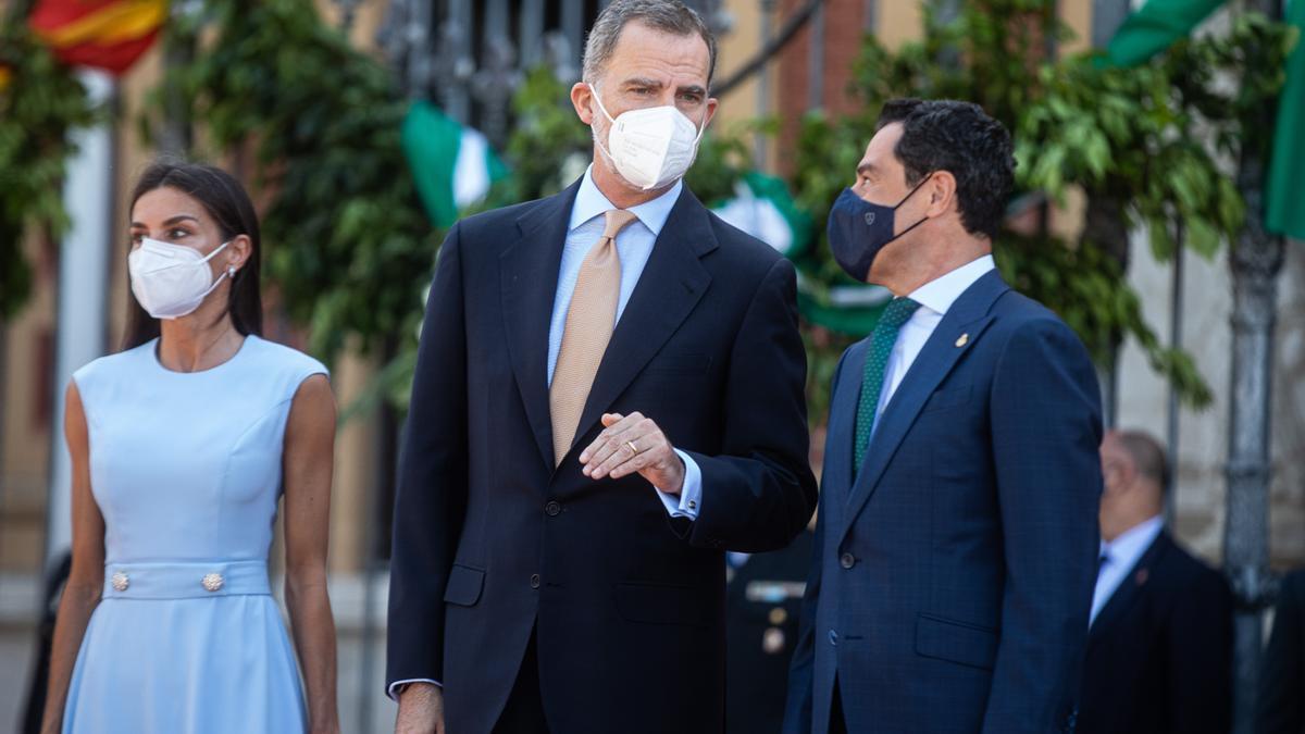 Los Reyes Felipe y Letizia, junto a el presidente de la Junta de Andalucía, Juanma Moreno (1d), en la explanada del Palacio de San Telmo antes del acto de la  entrega de la Medalla de Honor de Andalucía al Rey Felipe VI a 14 de junio del 2021, en Sevilla,